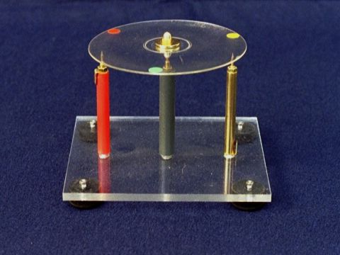 Motor electrostático con disco compacto.
